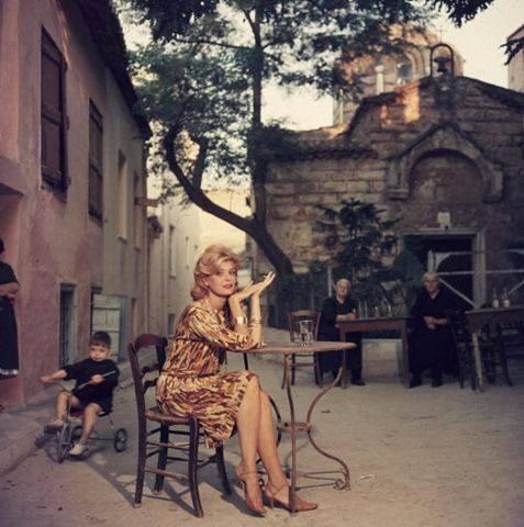 H melina merourh se kafe tis athinas 1961
